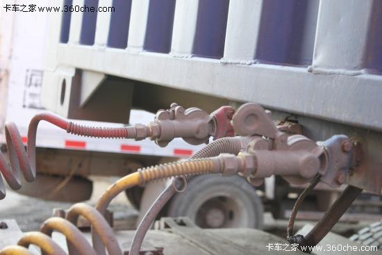 将牵引车的电缆连接插头插入半挂车前端的七孔插座里
